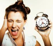 Giovane donna di bellezza in costume di stile di affari che sveglia per il primo mattino del lavoro su fondo bianco con l'orologi Fotografia Stock