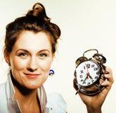 Giovane donna di bellezza in costume di stile di affari che sveglia per il primo mattino del lavoro su fondo bianco con l'orologi Immagini Stock