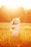 Giovane donna di bellezza del modello dei pantaloni a vita bassa, capelli lunghi di salto Ragazza casuale Fotografie Stock Libere da Diritti