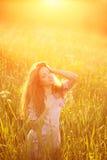 Giovane donna di bellezza del modello dei pantaloni a vita bassa, capelli lunghi di salto Ragazza casuale Fotografie Stock