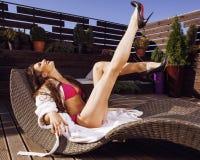 Giovane donna di bellezza dopo la stazione termale in bikini ed abito a Fotografia Stock Libera da Diritti