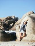 Giovane donna di bellezza fra le rocce in mare che sogna rilassamento Immagine Stock Libera da Diritti