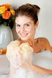 Giovane donna di bellezza nel bagno che lava il suo corpo Immagini Stock Libere da Diritti