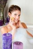 Giovane donna di bellezza nel bagno che lava il suo fronte Fotografie Stock