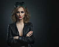 Giovane donna di bellezza nel colpo di vetro di modo dello studio del saldatore Fotografie Stock Libere da Diritti