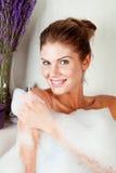 Giovane donna di bellezza nel pieno della vasca da bagno della gomma piuma Immagini Stock