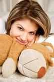 Giovane donna di bellezza nella base con l'orso di orsacchiotto Fotografia Stock Libera da Diritti