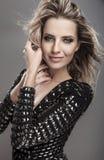 Giovane donna di bellezza & sensuale in un vestito alla moda. Fotografia Stock
