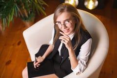 Giovane donna di bellezza in vetri che collocano nell'ufficio con la compressa Piante sui precedenti Affare e istruzione Fotografia Stock