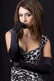 Giovane donna di classe che porta i guanti dressy fotografia stock libera da diritti