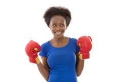 Giovane donna di colore afroamericana allegra con i guantoni da pugile Immagini Stock