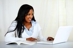 Giovane donna di colore americana che lavora al computer portatile Fotografia Stock