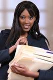 Giovane donna di colore attraente con i dispositivi di piegatura Fotografie Stock Libere da Diritti