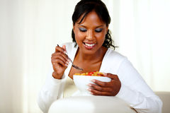 Giovane donna di colore che mangia prima colazione sana fotografia stock