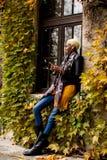 Giovane donna di colore con il telefono cellulare nel parco di autunno Immagine Stock Libera da Diritti