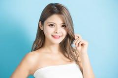 Giovane donna di cura di pelle di bellezza fotografia stock libera da diritti