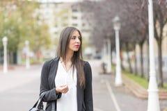 Giovane donna di Elegand nel distogliere lo sguardo della via Fotografia Stock Libera da Diritti