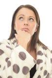 Giovane donna di Fed Up Bored Thoughtful Miserable che sembra infelice o sollecitata fotografie stock libere da diritti