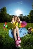 Giovane donna di felicità ad un picnic nei pollici di parità su Immagine Stock Libera da Diritti