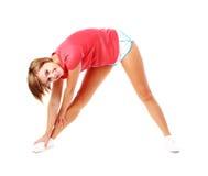 Giovane donna di forma fisica in camicia rossa che allunga, Isola Immagini Stock Libere da Diritti