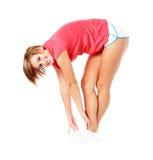 Giovane donna di forma fisica in camicia rossa che allunga, Isola Fotografia Stock Libera da Diritti