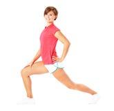 Giovane donna di forma fisica in camicia rossa che allunga, Isola Fotografia Stock