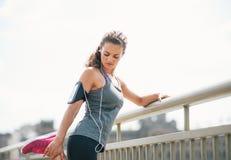 Giovane donna di forma fisica che allunga all'aperto Fotografia Stock