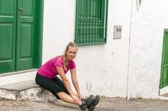 Giovane donna di forma fisica che allunga i muscoli Immagine Stock Libera da Diritti