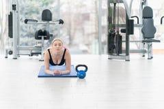 Giovane donna di forma fisica che fa allenamento di esercizio al crossfit Fotografie Stock