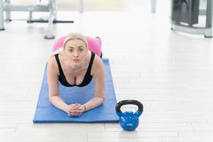 Giovane donna di forma fisica che fa allenamento di esercizio al crossfit Immagini Stock