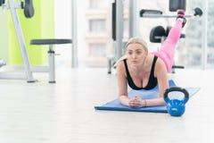 Giovane donna di forma fisica che fa allenamento di esercizio al crossfit Fotografia Stock