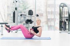 Giovane donna di forma fisica che fa allenamento di esercizio al crossfit Fotografie Stock Libere da Diritti