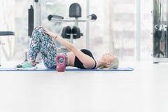 Giovane donna di forma fisica che fa allenamento di esercizio al crossfit Immagine Stock Libera da Diritti