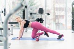 Giovane donna di forma fisica che fa allenamento di esercizio al crossfit Immagini Stock Libere da Diritti