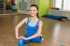 Giovane donna di forma fisica che fa allungamento alla palestra Immagini Stock