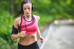Giovane donna di forma fisica che pareggia nel parco Immagine Stock Libera da Diritti
