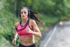 Giovane donna di forma fisica che pareggia nel parco Immagini Stock Libere da Diritti