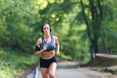 Giovane donna di forma fisica che pareggia nel parco Fotografia Stock Libera da Diritti