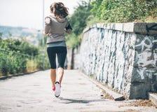 Giovane donna di forma fisica che pareggia nel parco della città Fotografia Stock