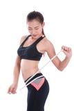 Giovane donna di forma fisica che prende le misure del suo corpo Fotografie Stock Libere da Diritti