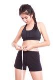 Giovane donna di forma fisica che prende le misure del suo corpo Immagini Stock