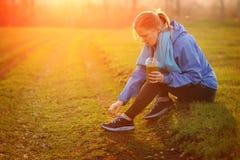 Giovane donna di forma fisica che prende una rottura fuori in wor di forma fisica di estate Fotografie Stock Libere da Diritti