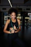 Giovane donna di forma fisica che si esercita con i pesi liberi alla palestra Immagini Stock Libere da Diritti