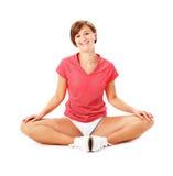 Giovane donna di forma fisica nell'allungamento rosso della camicia Immagini Stock Libere da Diritti