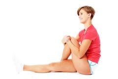 Giovane donna di forma fisica nell'allungamento rosso della camicia Fotografia Stock Libera da Diritti