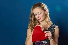 Giovane donna di giorno di biglietti di S. Valentino della st che rompe cuore rosso Fotografie Stock Libere da Diritti