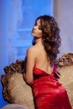 Giovane donna di lusso nell'interno costoso Ragazza con il mak perfetto Fotografia Stock Libera da Diritti