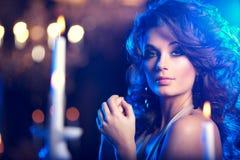 Giovane donna di lusso nell'interno costoso Ragazza con il mak perfetto Fotografie Stock
