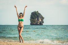 Giovane donna di modello, alzante la spiaggia di Railay di armi, destinazione popolare di viaggio vicino a Krabi, Tailandia fotografie stock libere da diritti