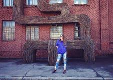 Giovane donna di modo che indossa una maglia con cappuccio blu Immagine Stock